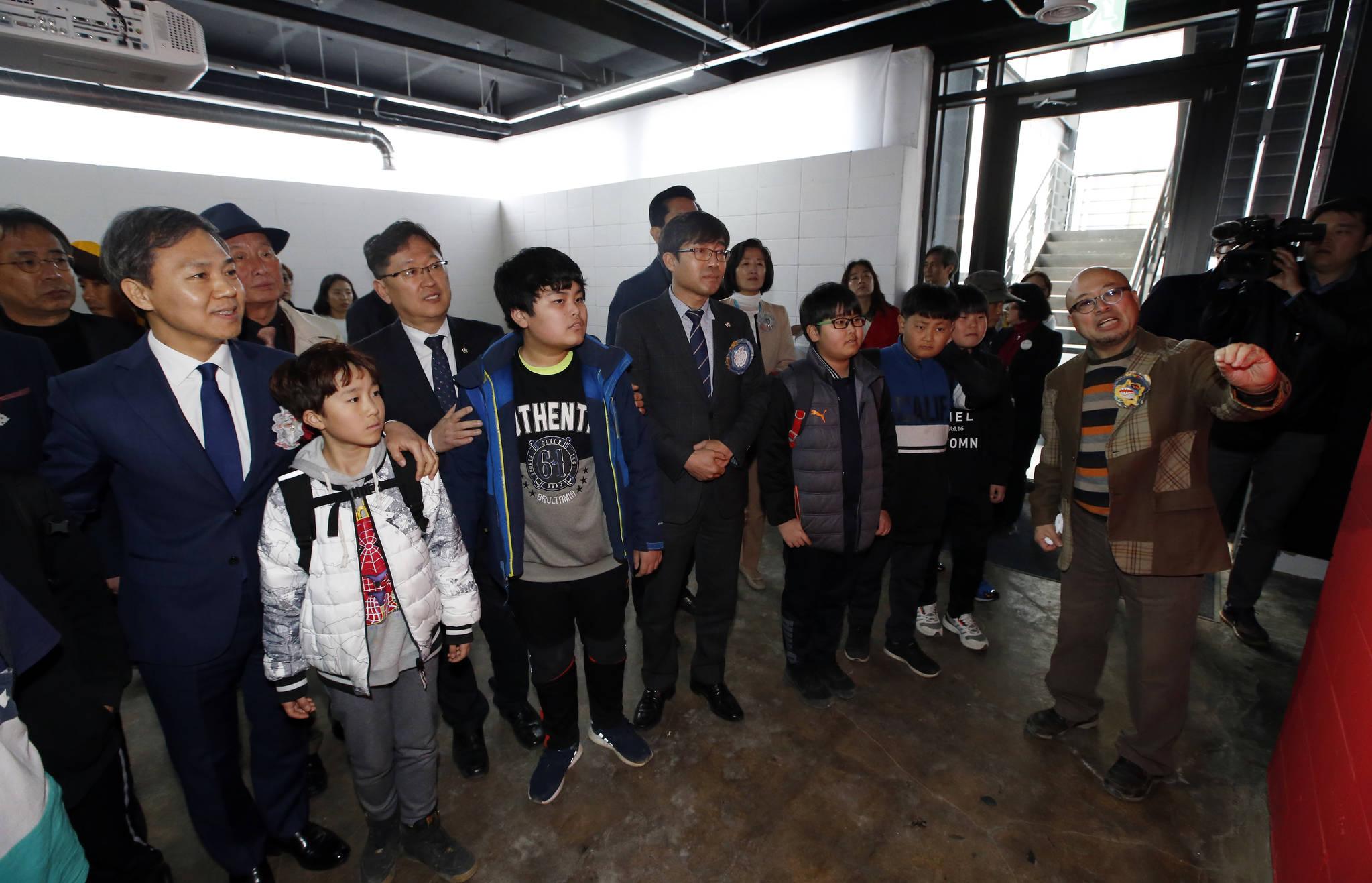 김승수 전주시장(사진 왼쪽) 등 관객들이 팔복예술공장에 전시된 작품들을 감상하고 있다. [사진 전주시]