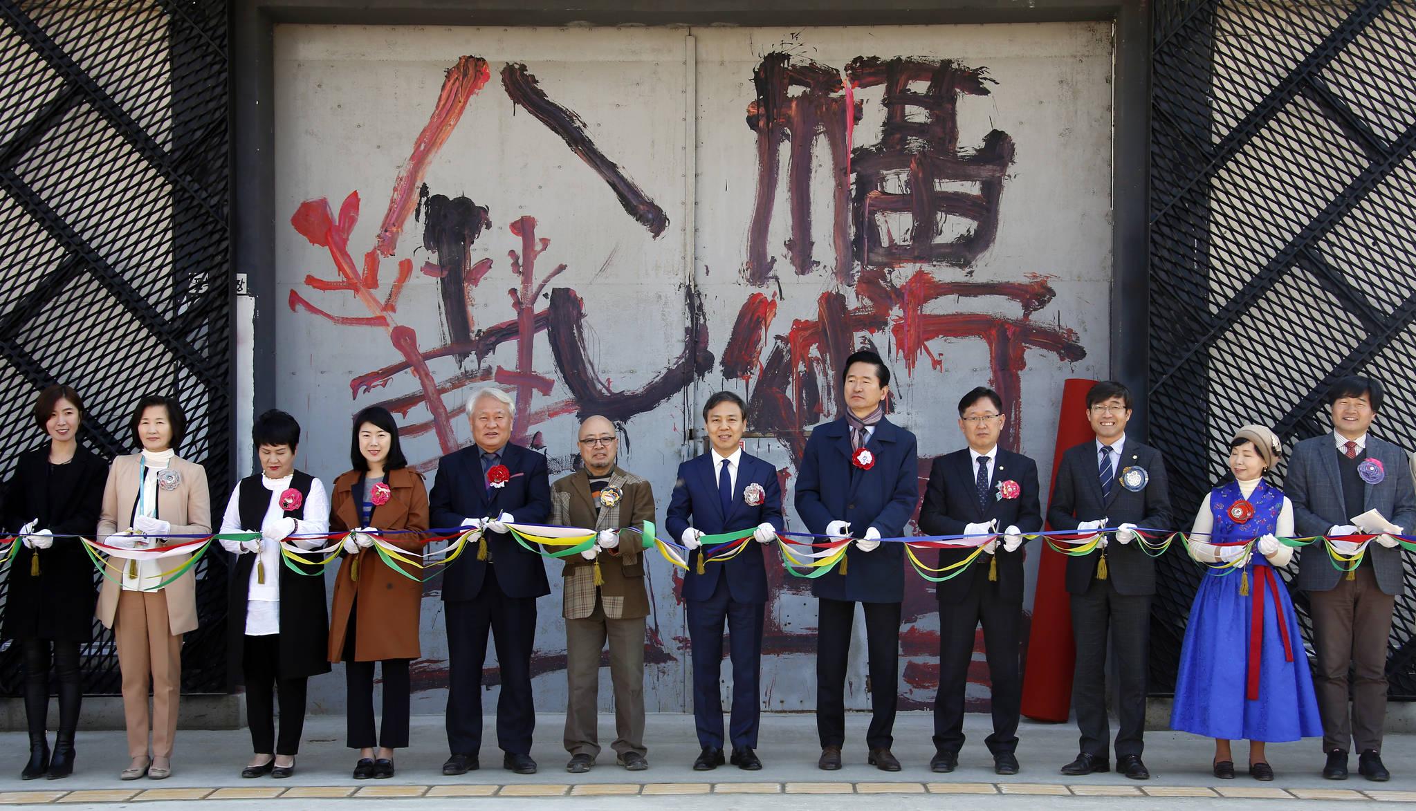 지난 23일 팔복예술공장 개관식에서 김승수 전주시장(가운데) 등 참석자들이 테이프 커팅을 하고 있다. [사진 전주시]