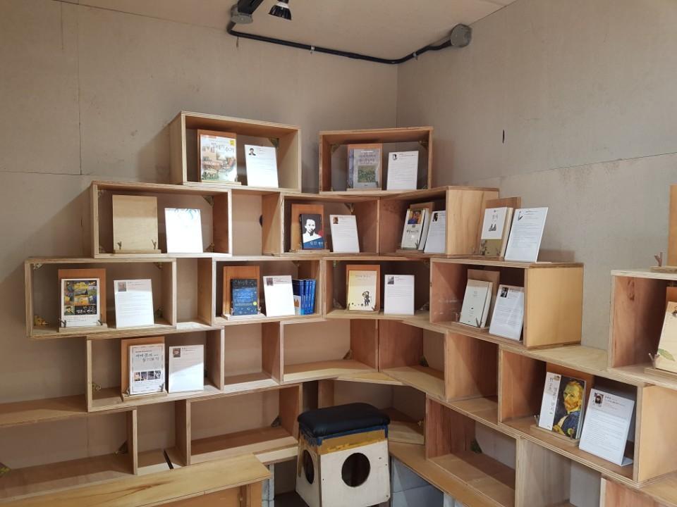 컨테이너 박스 안에 들어선 '백인의 서재'. 예술가들이 꼽은 '인생 책'이 전시되고 있다. 전주=김준희 기자
