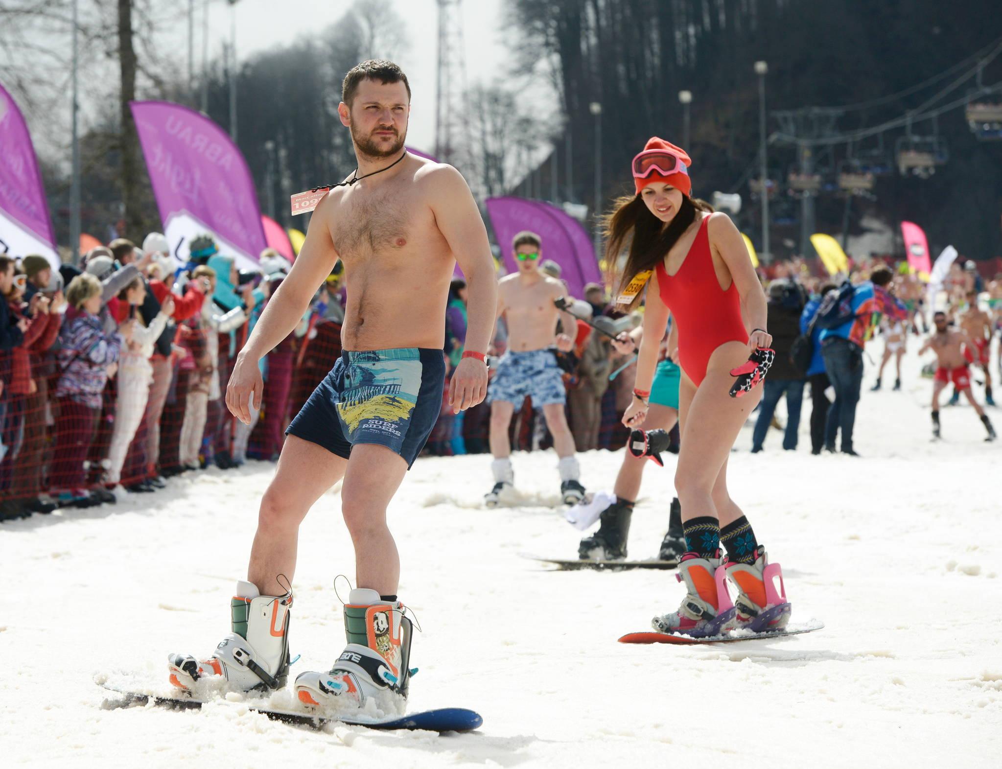 31일 러시아 소치 로사 후토르 스키 리조트에서 열린 부겔우겔 축제에서 수영복을 입은 참가자들이 활강하고 있다. [타스=연합뉴스]