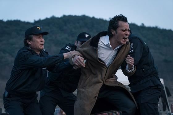 영화 '7년의 밤' 한 장면. 정유정 작가가 2011년 펴낸 동명 소설이 바탕이다. [사진 CJ엔터테인먼트]