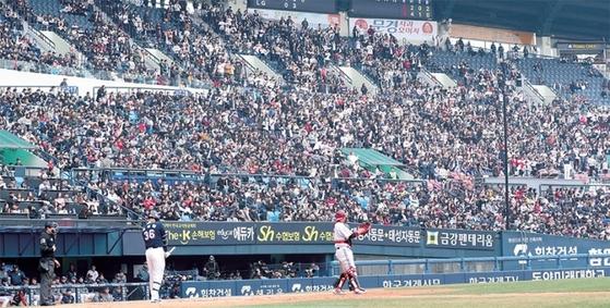 3월 18일 서울 잠실야구장에 운집한 야구팬들이 LG트윈스와 두산베어스 간 프로야구 시범경기를 지켜보고 있다. 프로야구에선 지난해부터 대중가요를 편곡·개사한 응원가의 사용을 놓고 저작인격권 침해 논란이 불거져 구단들이 응원가 교체에 나서고 있다.