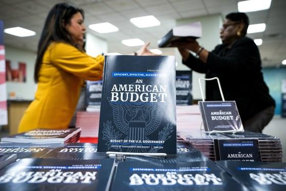 지난 2월 미국 정부가 발행한 2019년 예산안 보고서. [중앙포토]