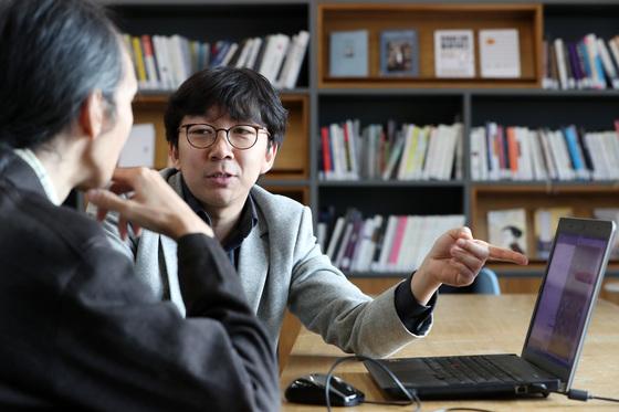 프로 바둑기사 목진석 9단(오른쪽)이 서울 서소문 중앙일보 본사에서 바둑 인공지능 '돌바람'과 대국했다. 목 기사와 '돌바람'을 만든 임재범 대표가 이날 대국을 복기하며 대국을 분석하고 있다. [김경록 기자]
