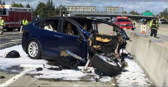 지난달 23일 미국 캘리포니아 고속도로에서 일어난 테슬라 모델X의 사고 현장. [AP=연합뉴스]