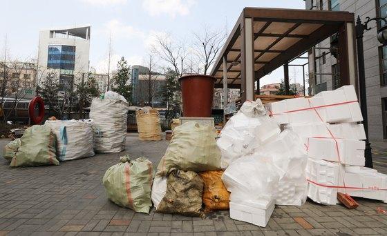 2일 오후 서울 용산구의 한 아파트 쓰레기 분리수거장에 주민들이 내놓은 비닐·플라스틱 쓰레기가 쌓여 있다. 환경부는 폐비닐 등 수거를 거부했던 수도권 재활용업체와 협의한 결과 48개 업체 모두 폐비닐 등을 정상 수거하기로 했다고 밝혔다. 앞서 수도권 일부 재활용업체는 중국 환경보호부가 올해부터 재활용 쓰레기 수입을 중단하자 처리 비용 등의 문제로 폐비닐 수거 거부를 통보해 아파트 단지 주민들이 한동안 혼란을 겪었다.[뉴스1]