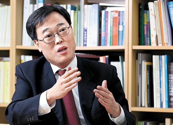 '재벌 저격수' '금융권 저승사자'로 불리는 김기식(52) 전 의원이 금융감독원장에 임명됐다. 1999년 1월 통합 금감원 출범 이후 시민단체나 정치인 출신이 원장이 된 것은 처음이다. [중앙포토]
