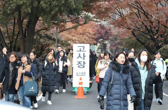 지난해 12월 서울 이화여대에서 2018학년도 수시모집 논술고사를 치른 수험생들이 시험을 끝내고 나오고 있다. [연합뉴스]