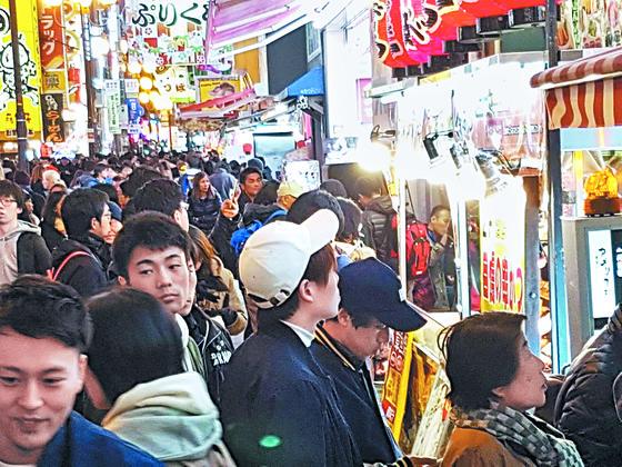 관광객으로 붐비는 일본 오사카의 거리. [사진 차이나랩]