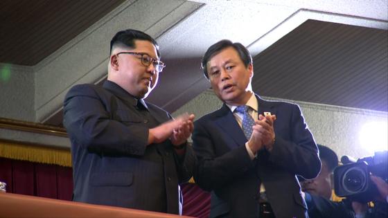 김정은 북한 노동당 위원장(왼쪽)과 도종환 문화체육부 장관이 1일 평양 대동강지구 동평양대극장에서 '봄이 온다'는 주제로 열린 남측 예술단의 단독 공연을 관람하고 있다. 평양공연 공동취재단