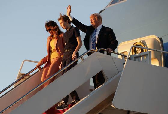 도널드 트럼프 대통령과 부인 멜라니아 여사 아들 배런이 지난달 23일 플로리다 팜비치 공군 공항에 도착해 트랙을 내려오고 있다. [AP=연합뉴스]
