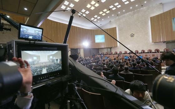 지난 2013년 3월 21일 대법원 전원재판부 공개변론이 21일 TV·인터넷에 생중계되고 있는 모습. 당시 양승태 대법원장은 국외이송약취 혐의로 기소된 베트남 여성 A씨(26) 재판의 공개변론을 주재했다. [중앙포토]