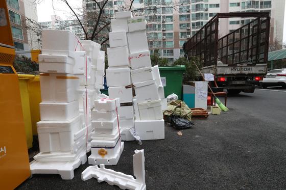 2일 경기도 용인시 기흥구 인근 아파트 단지내 수거차량이 비닐과 스티로폼을 수거하지 않은 체 단지를 떠나고 있다. 우상조 기자.
