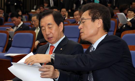 김성태 자유한국당 원내대표(왼쪽)와 함진규 정책위의장. [중앙포토]