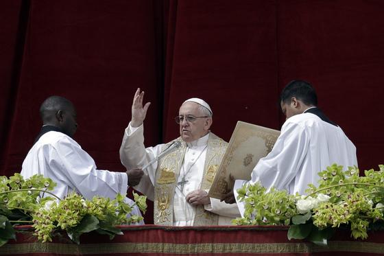 1일 프란치스코 교황이 바티칸 성베드로 대성당 발코니에서 부활절 메시지를 낭독하고 있다. [AP=연합뉴스]