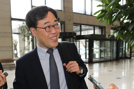 김기식 신임 금융감독원장이 4일 첫 출근을 하고 있다. [뉴스1]