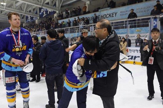한라의 아시아리그 우승 뒤에는 정몽원(오른쪽) 한라 회장(오른쪽)이 있었다. [사진 한라]