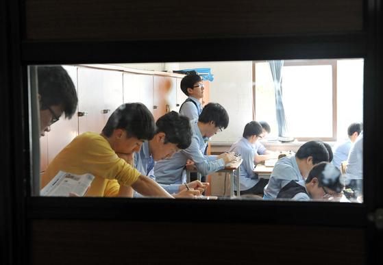 교실에서 수능 문제집을 풀고 있는 수험생들. [중앙포토]