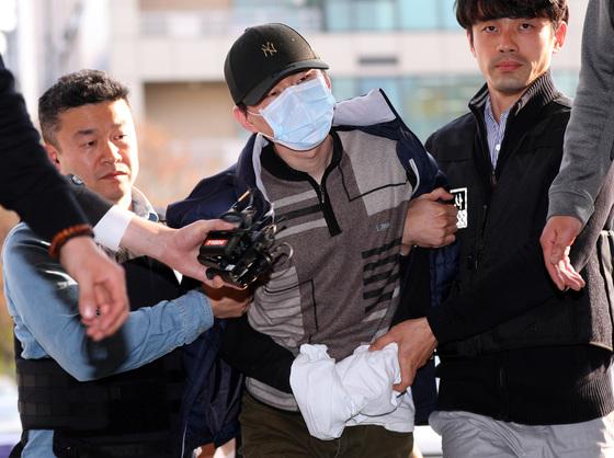 방배초등학교에서 초등학생을 대상으로 인질극을 벌이다 체포된 용의자가 2일 오후 서울 서초구 방배경찰서로 압송되고 있다. [연합뉴스]