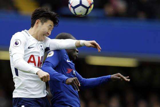 첼시전에서 상대 미드필더 은골로 캉테와 공중볼을 다투는 토트넘 공격수 손흥민(왼쪽). [AP=연합뉴스]