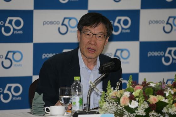 """권오준 포스코 회장은 '100주년이 되는 2068년 3대 핵심사업(철강·인프라·신성장사업)의 수익 비중을 4대4대2로 만들고 매출 500조를 달성하겠다""""고 밝혔다. 더 이상 철강에만 의존하지 않겠다는 것이다. [사진 포스코]"""