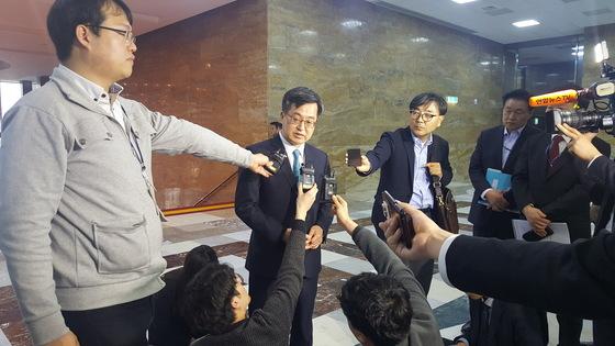 김동연 경제부총리가 국회 정치부 기자들과 만나 청년 일자리 대책에 대해 설명하고 있다. 김동호 기자