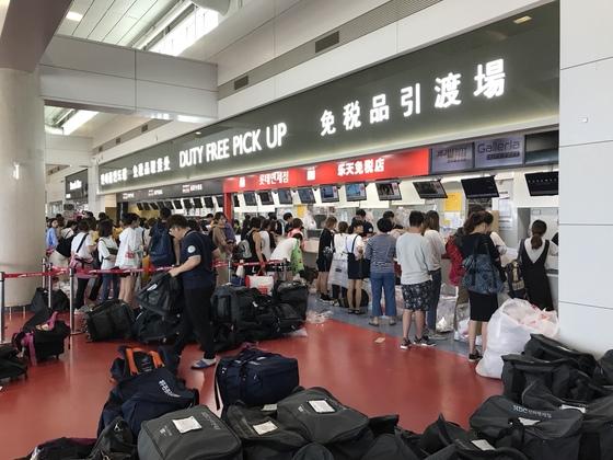 면세품 인도장 앞에 중국인 관광객이 몰려있다 [중앙포토]