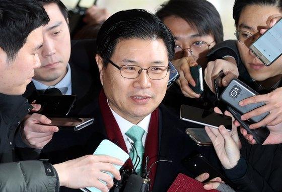 홍문종 자유한국당 의원이 지난달 9일 검찰 조사를 받기 위해 서울 서초동 서울중앙지검에 출석하고 있다. [뉴스1]
