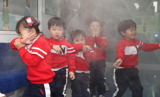 지난 3월 송파안전체험교육관 3층 철도안전체험장에서 아이들이 안전교육을 받고 있다. [우상조 기자]