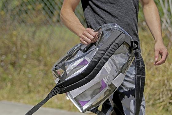 마조리 스톤맨 더글러스 고교 학생인 든 내부가 휜히 보이는 투명한 가방. [AP=연합뉴스]