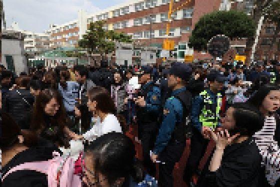 2일 인질극이 발생한 서울 방배초교 앞에 경찰과 학부모가 모여 있다. [뉴스1]