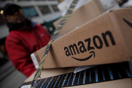위기에 몰린 아마존의 택배 상자. [로이터통신=연합뉴스]