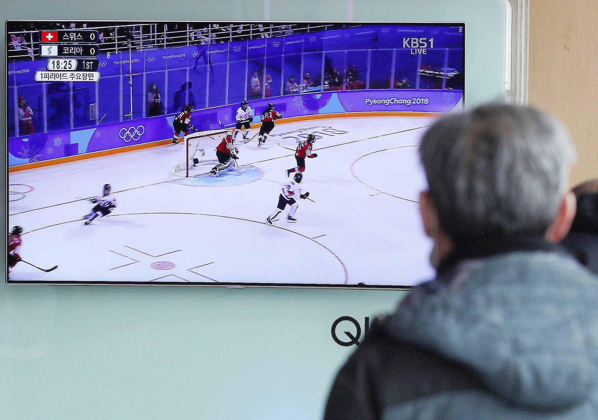 지난 2월 서울역에서 시민들이 평창 겨울 올림픽 여자아이스하키 중계 방송을 바라보고 있는 모습. 이번 올림픽 중계에선 중계진의 성차별적 발언이 총 30건 지적됐다. [뉴스1]
