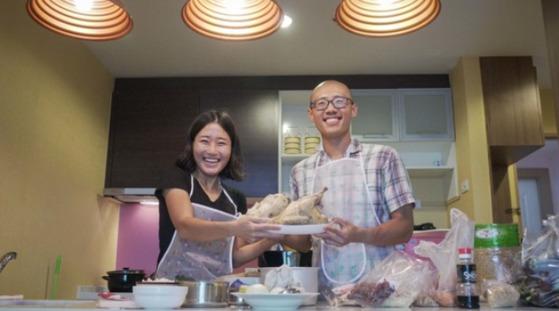 태국 방콕에서는 시장에서 생닭을 사 삼계탕까지 끓여 먹었다. [사진 김송희]