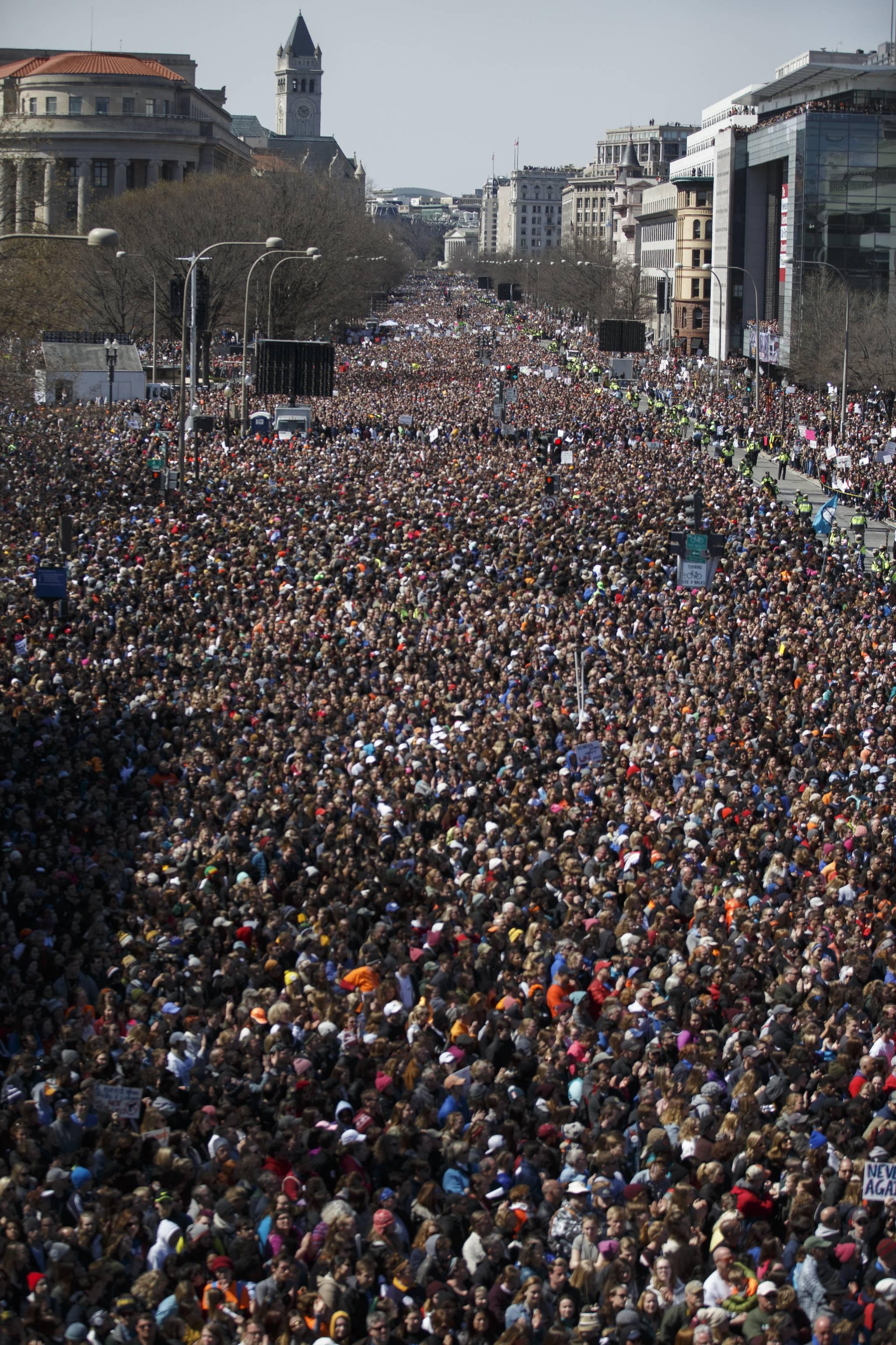 미국 시민들이 지난 3월 24일(현지시간) 워싱턴 백악관과 의사당을 잇는 펜실베이니아 애비뉴에서 총기 규제를 요구하며 '우리의 생명을 위한 행진'을 하고 있다. 지난달 17명의 목숨을 앗아간 플로리다주 더글러스 고교 총격사건의 생존 학생들이 주도한 이날 행사에 주최 측 추산 80만명이 참가했다. [EPA=연합뉴스]
