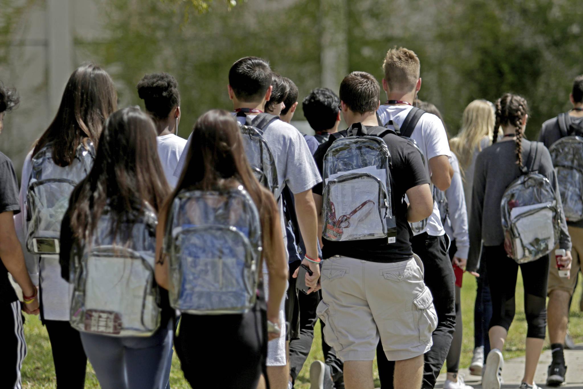 17명의 목숨을 앗아간 총기 난사 사건이 있었던 미 플로리다주 마조리 스톤맨 더글러스 고교 학생들이 2일(현지시간) 투명한 가방을 메고 등교를 하고 있다. [AP=연합뉴스]