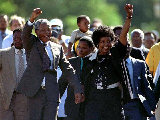 넬슨 만델라 전 남아프리카공화국 대통령과 그의 두번째 부인 위니 마디키젤라-만델라의 생전 모습. [로이터=연합뉴스]