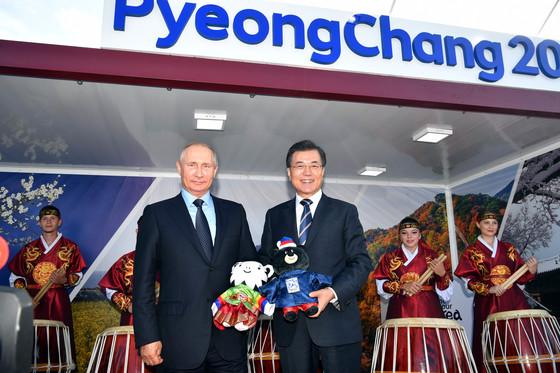 지난해 9월 6일 오후 블라디보스톡 극동거리에 있는 2018 평창 겨울올림픽 홍보부스를 방문한 문재인 대통령(오른쪽)과 푸틴 대통령이 평창 마스코트 인형을 들고 기념촬영하고있다. 청와대사진기자단
