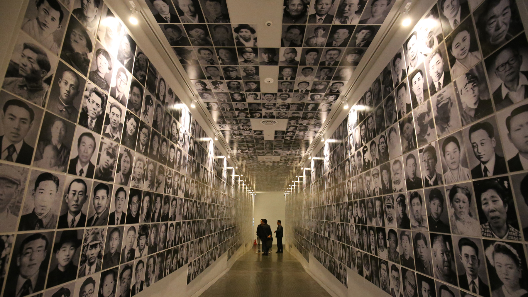 제주4ㆍ3평화기념관을 찾은 추모객들이 4ㆍ3 당시 숨진 희생자들의 영정을 바라보고 있다. 제주 프리랜서 장정필