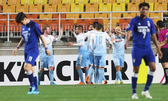 수원 삼성 선수들(파란 유니폼)이 시드니 FC에 세 번째 골을 내준 뒤 아쉬워하고 있다. [연합뉴스]