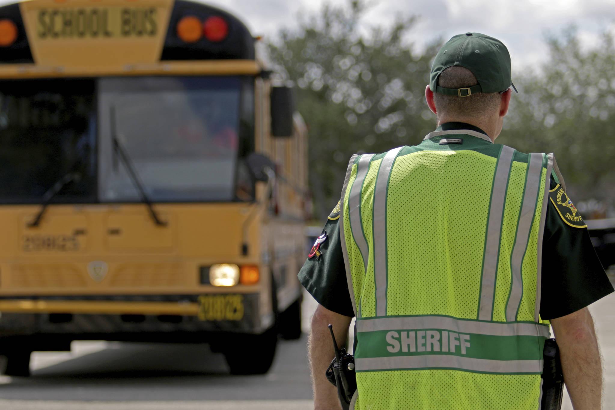 마조리 스톤맨 더글라스 고등학교 스쿨 버스가 지나가는 길목에 보안관이 배치되어 있다. [AP=연합뉴스]