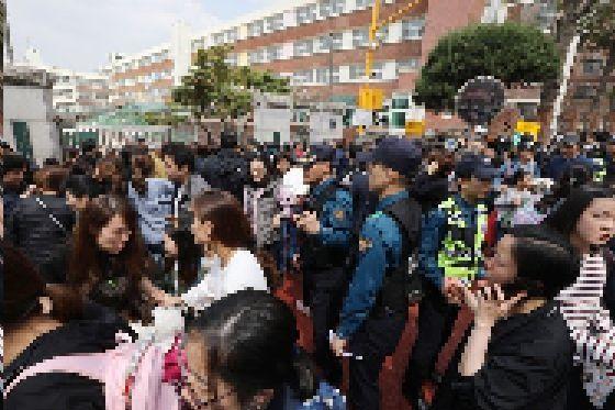 2일 오후 인질극이 벌어진 서울 방배초교 앞에 경찰과 학부모가 모여 있다. [뉴스1]