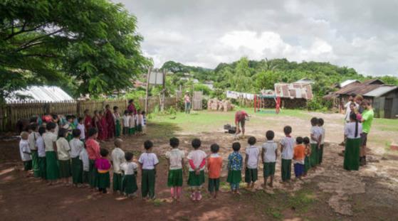 미얀마 오지 판캄마을 초등학교에서 드론 비행 시범을 보이고 있는 재민. [사진 김송희]