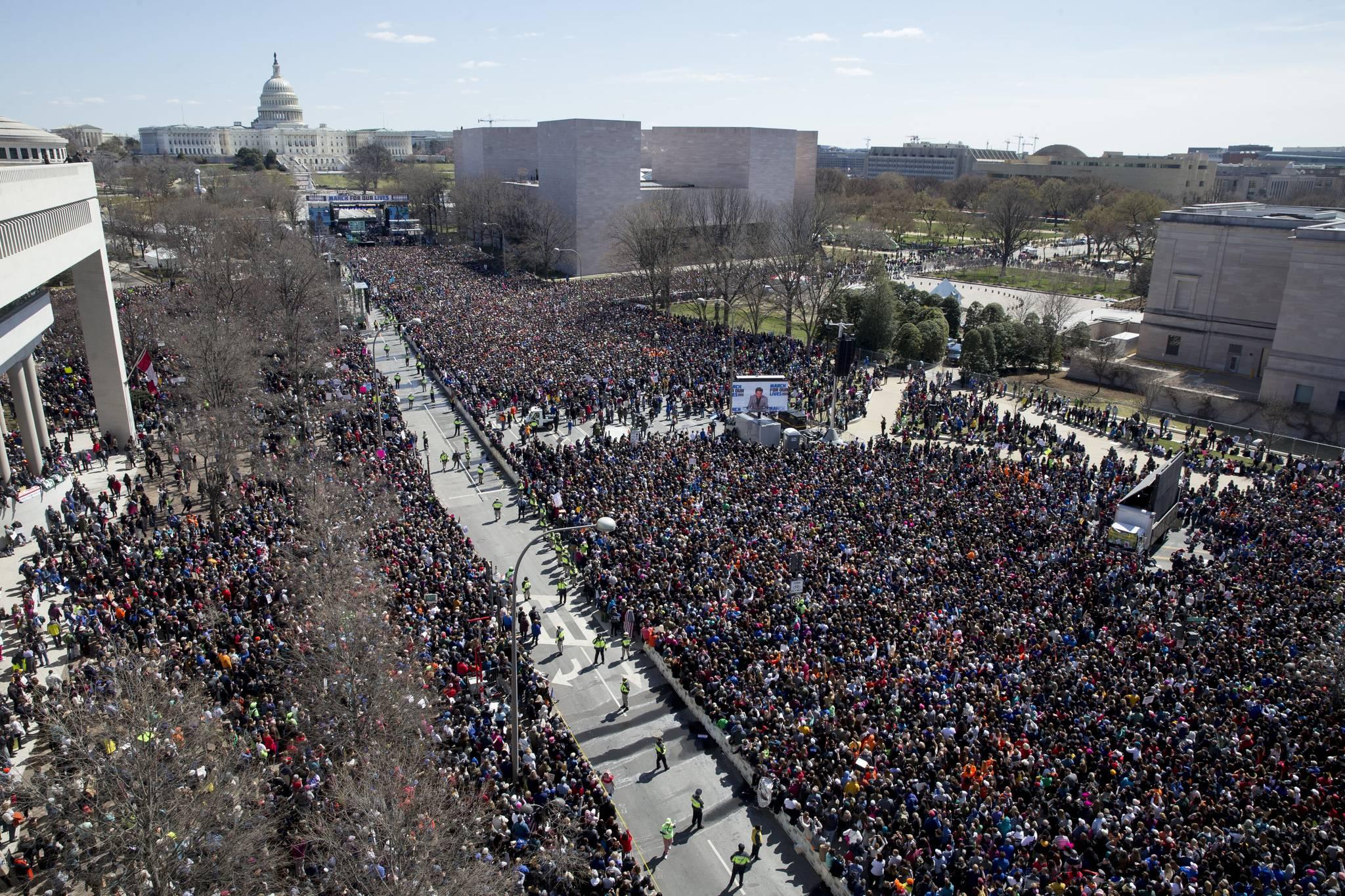 미국 시민들이 지난 3월 24일(현지시간) 워싱턴 백악관과 의사당을 잇는 펜실베이니아 애비뉴에서 총기 규제를 요구하며 '우리의 생명을 위한 행진'을 하고 있다. 지난달 17명의 목숨을 앗아간 플로리다주 더글러스 고교 총격사건의 생존 학생들이 주도한 이날 행사에 주최 측 추산 80만명이 참가했다. [ EPA=연합뉴스]