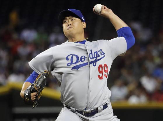 류현진이 3일 열린 MLB 시즌 첫 등판에서 투구하고 있다. [피닉스 AP=연합뉴스]