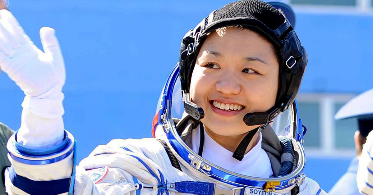 2008년 4월 8일 우주선에 탑승하는 이소연. 한국 최초 우주인 이소연씨가 8일 카자흐스탄 바이코누르 우주기지에서 소유즈 TMA-12 우주선에 탑승하기 직전 손을 흔들어 보이고 있다. [SBS]