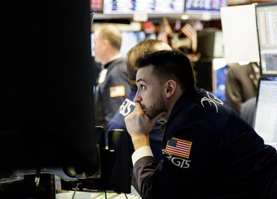 2일 미국 뉴욕증권거래소(NYSE) 현장. 이날 다우지수는 2% 가까이 하락했다. [EPA=연합뉴스]