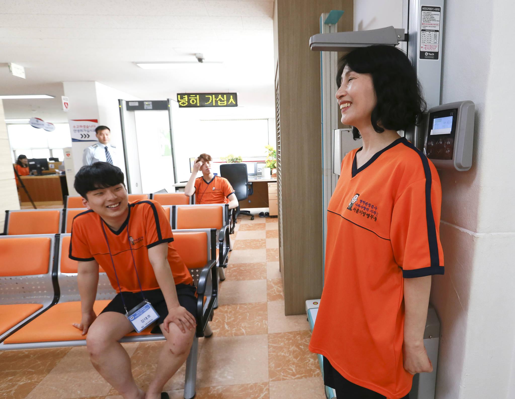부모와 함께하는 병역판정검사 체험행사가 4일 서울지방병무청에서 열렸다. 어머니가 아들이 지켜보는 가운데 키를 재고 있다. 임현동 기자