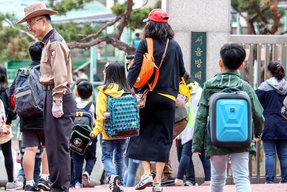 지난 2일 인질극이 발생했던 서울 방배초등학교 학생들이 3일 오전 등교하고 있다. [뉴스1]