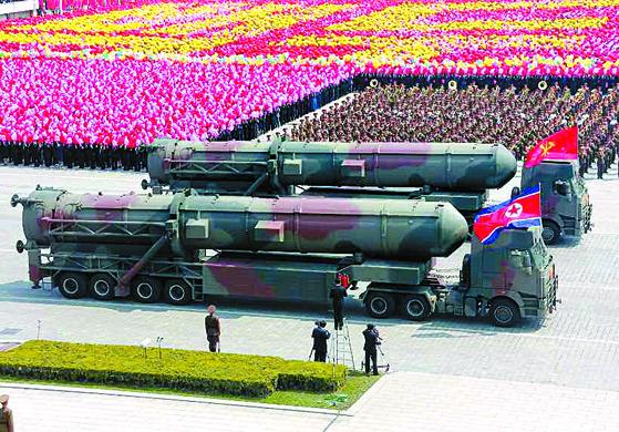 지난해 4월 16일 북한의 태양절 열병식에 등장한 ICBM급 추정 미사일 [연합뉴스]